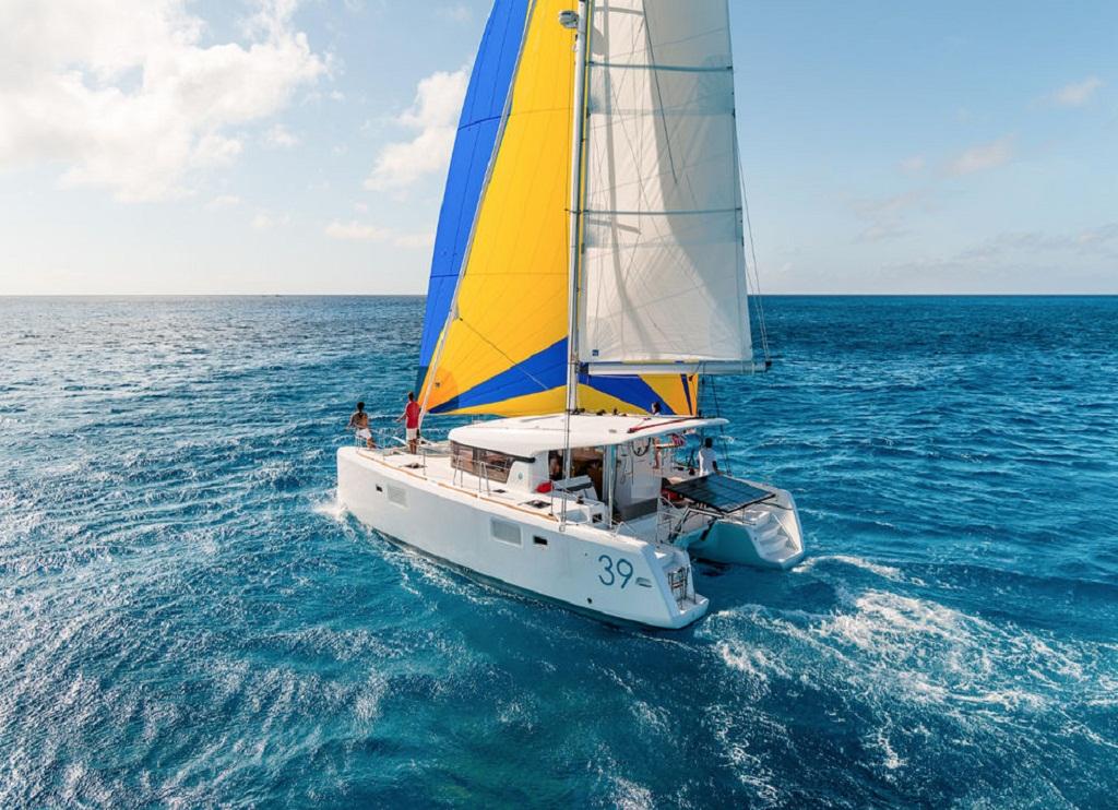 The catamaron Lagoon-39 Catamaran Reviews